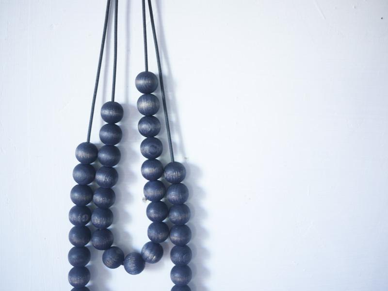 Bracelets LOOM - Design textile by Myriam Balaÿ myriam-balay-collier-bois-bleu2 le Graaand collier perles indigo L'appartement  teint perle indigo elastique bois bijou