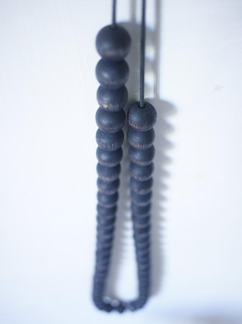 Bracelets LOOM - Design textile by Myriam Balaÿ myriam-balay-perle-bois3 le Graaand collier perles indigo L'appartement  teint perle indigo elastique bois bijou