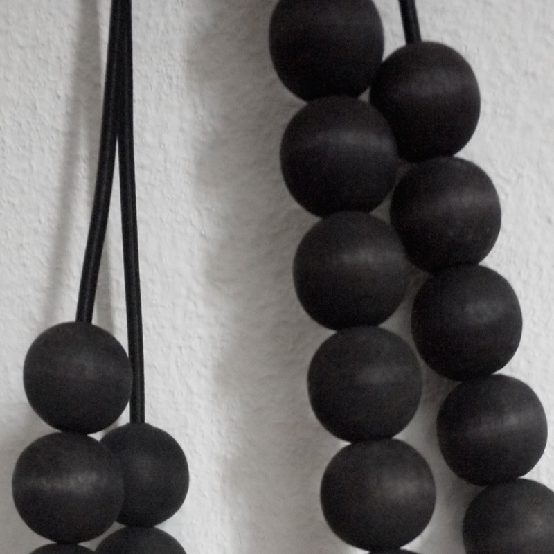 myriam-balay-perles-noires-collier