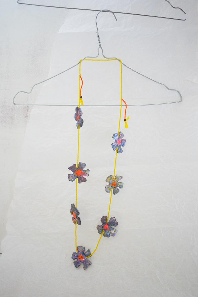 myriam-balay-collier-fleurs-fluo